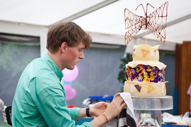 Tobias skaber sommerfugle-kagen
